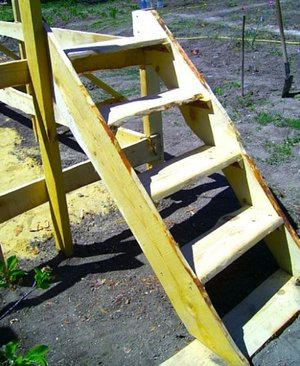Использование нержавеющей стали для  лестницы