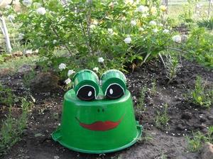 Как сделать фигурку для сада из ведерка